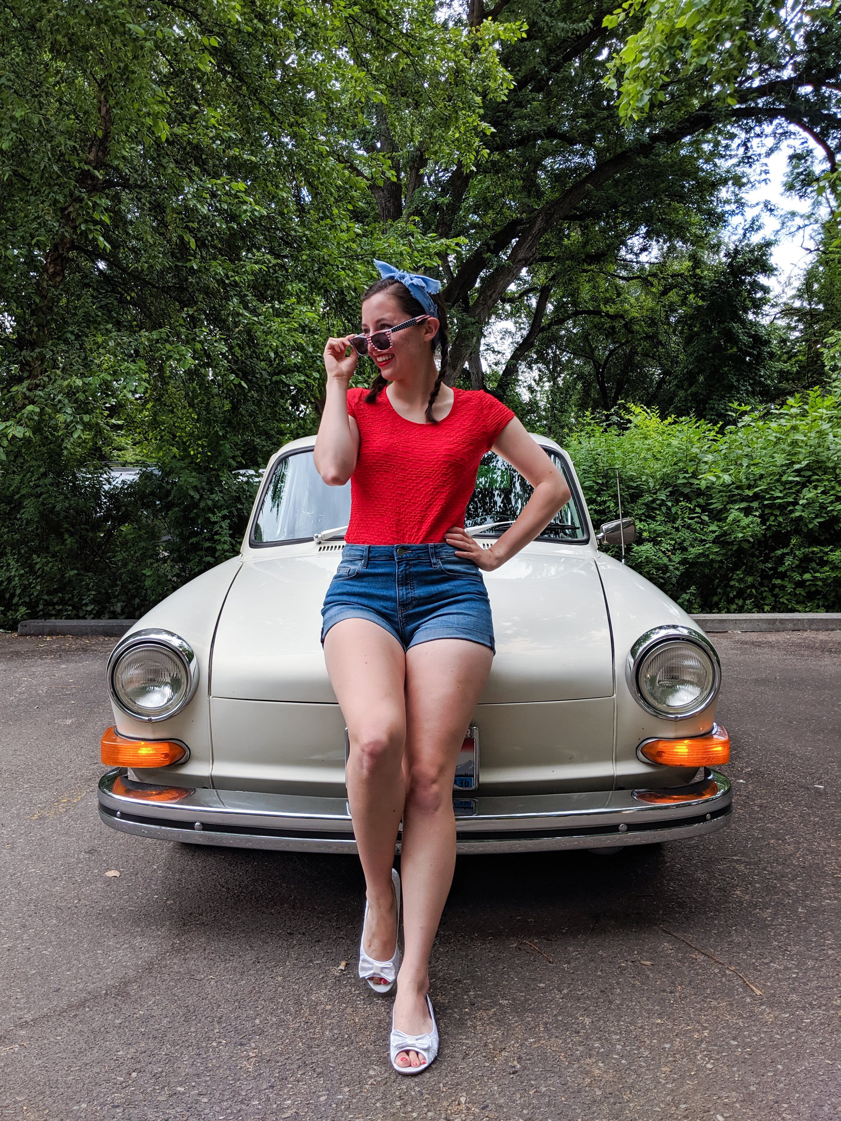 retro outfit, blue bandanna, red lipstick, old car