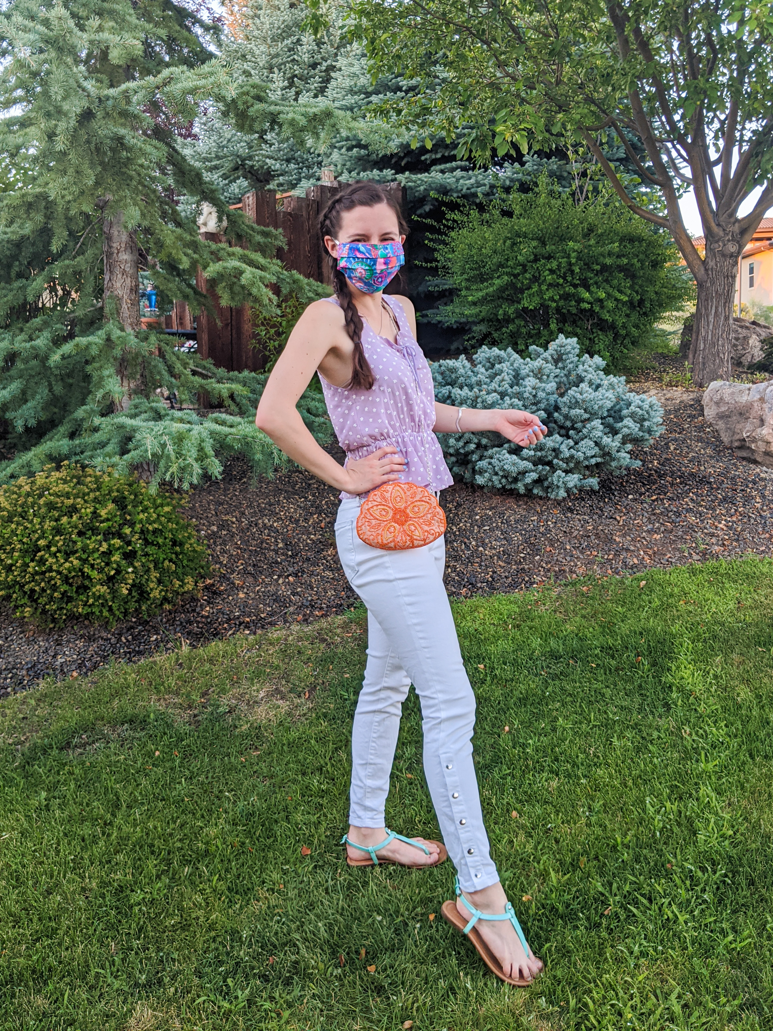summer-outfit-white-jeans-mask-fashion