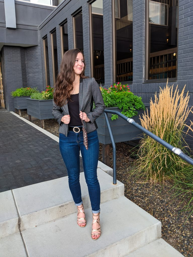 blazer-date-night-outfit-pearl-circle-belt-skinny-jeans