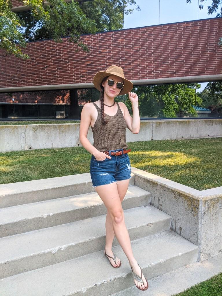 denim-shorts-brown-sandals-olive-green-summer-style