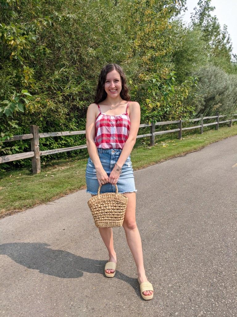 college-fashion-blogger-denim-skirt-raffia-sandals-purse-crimped-hair