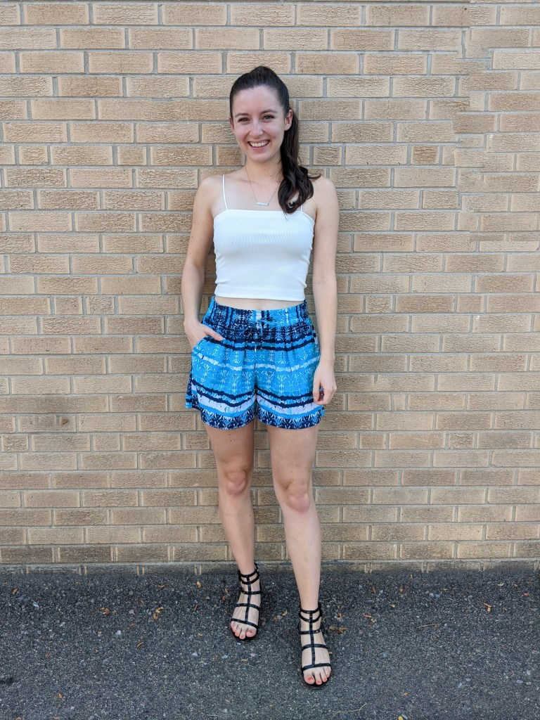 white-crop-top-american-eagle-turquoise-shorts-black-sandals