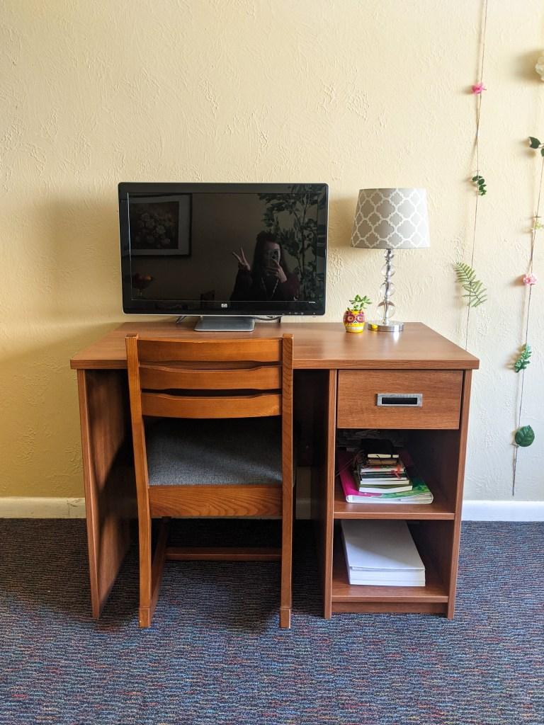 desk-college-student-blogger-work-space