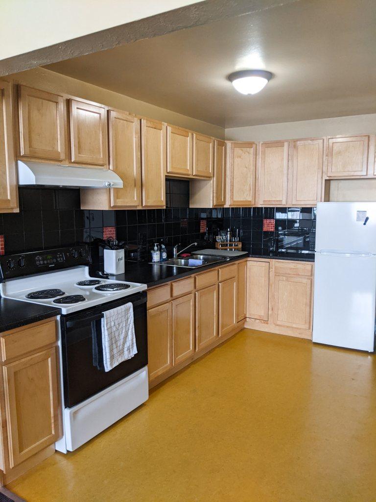 college-apartment-tour-kitchen-college-blogger